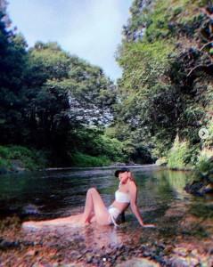 川底に座る西内まりや(画像は『西内まりや Mariya Nishiuchi 2019年8月11日付Instagram「夏してきましたー」』のスクリーンショット)