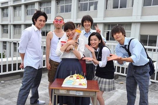 結婚のきっかけとなったドラマの現場で窪田正孝らが水川あさみの誕生日祝い(画像は『火9ドラマ『僕たちがやりました』公式 2017年7月24日付Instagram「今日は、我らがあさみ姉さんの誕生日」』のスクリーンショット)