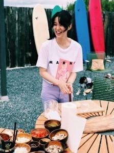 笑顔の武井咲 後ろには犬も…(画像は『武井咲 / Emi Takei 2019年8月31日付Instagram「夏、暑かったー!」』のスクリーンショット)