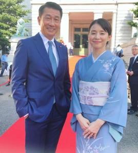 中井貴一と石田ゆり子(画像は『石田ゆり子 2019年8月29日付Instagram「どんなに暑くたって総理と総理夫人ですもの カメラを向けられたら涼しい顔ができるってものです。」』のスクリーンショット)