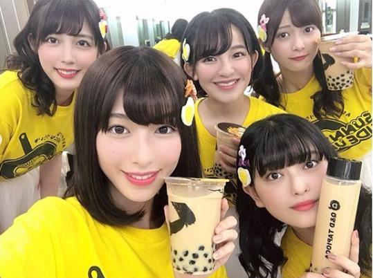 BKなつ祭りでライブを行ったサニーサイドアップ(画像は『松田るか Ruka Matsuda 2019年8月4日付Instagram「NHK総合 よるドラ『だから私は推しました』作中のアイドル サニーサイドアップが、作品を飛び出しBKなつ祭りにてライブをしてきました!」』のスクリーンショット)