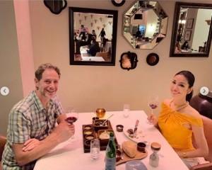 アンミカと夫のセオドール・ミラー氏(画像は『Mika Ahn 2019年8月15日付Instagram「2日目の夜は、お気に入りの @escadaofficial の服を着て、ステーキディナー」』のスクリーンショット)