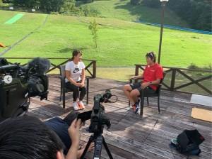 対談中の渋野日向子と上野由岐子(画像は『渋野日向子 / Hinako Shibuno 2019年9月9日付Instagram「小学生の時から憧れで大好きなソフトボールの上野由岐子さんと対談させていただきました」』のスクリーンショット)