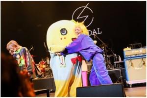 ふなっしーに抱きつくSCANDAL・MAMI(画像は『SCANDAL 2019年9月28日付公式ブログ「NASSYI FES.」』のスクリーンショット)