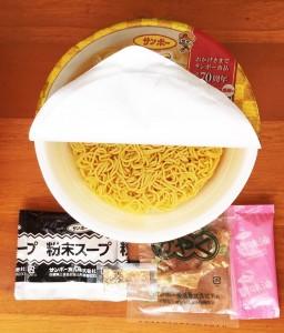 フタを開けると、中には麺の他に、かやく、粉末スープ、調味油、そしてなんと金粉(記者撮影)