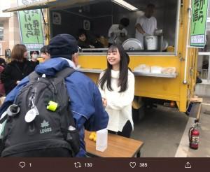 笑顔で炊き出しを手伝うAKB48ドラフト3期生・大盛真歩(画像は『石原真 2019年10月29日付Twitter「お昼になって大勢のボランティアの方がボランティアセンターに戻ってきました。」』のスクリーンショット)