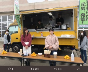 炊き出しを手伝うチーム8佐藤朱とNGT48高橋七実(画像は『石原真 2019年10月29日付Twitter「宮城県出身メンバー2人」』のスクリーンショット)