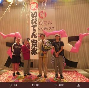 『いだてん』クランクアップで花束を贈られた松坂桃李(右から2人目)(画像は『松坂桃李 2019年10月1日付Twitter「そして、宮藤さん、阿部さん、勘九郎さん、この作品に関わる全てのキャスト、スタッフの方々、本当に長い間お疲れ様でした。」』のスクリーンショット)
