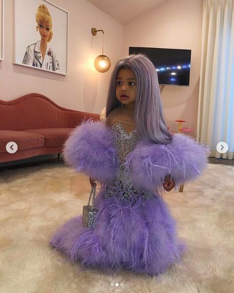 カイリーの「メット・ガラ」での衣装を再現した愛娘ストーミーちゃんのドレス(画像は『Kylie 2019年10月28日付Instagram「My baby!!!!!!!!」』のスクリーンショット)