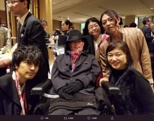 左が斎藤工、右上が安冨歩氏(画像は『安冨歩(やすとみ あゆみ) 2019年10月29日付Twitter「なんか、この左端の男性は、ものすごく人気のある俳優だと聞いた。」』のスクリーンショット)