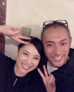 舞台『オイディプス』で共演した黒木瞳と市川海老蔵(画像は『Hitomi Kuroki 2019年10月26日付Instagram「うふふふ 海老蔵さんと!」』のスクリーンショット)