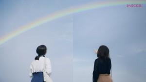 虹を見上げる2人の女性