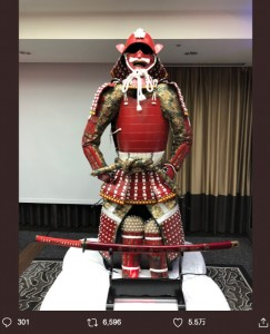日本代表チームに力を与えた甲冑「カツモト」(画像は『Kenki Fukuoka/福岡 堅樹 2019年10月20日付Twitter「試合前日には渡辺謙さんが、激励に来てくださいました。」』のスクリーンショット)