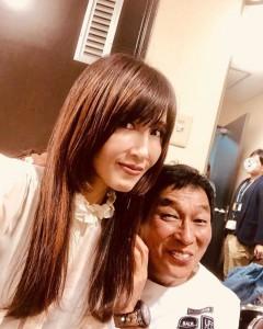 工藤静香に寄り添う明石家さんま(画像は『Kudo_shizuka 2019年10月23日付Instagram「明石家紅白で歌わせていただきました。」』のスクリーンショット)
