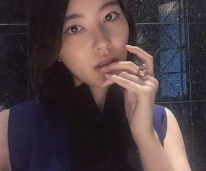 「猫の手」の指輪をつけた松井珠理奈の「ネコ目」ショット(画像は『松井珠理奈 2019年10月26日付Instagram「ネコ目なわたし。」』のスクリーンショット)