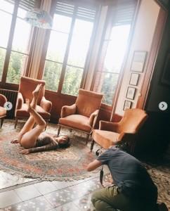 美脚も披露 田中みな実(画像は『田中みな実1st写真集【公式】 2019年10月25日付Instagram「写真集のオフショット。」』のスクリーンショット)