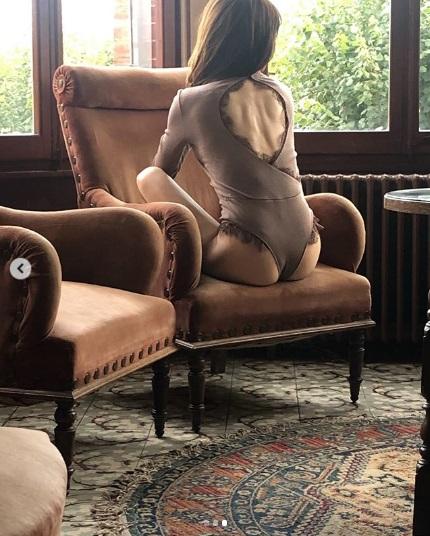 田中みな実、背中にも絶賛の声(画像は『田中みな実1st写真集【公式】 2019年10月25日付Instagram「写真集のオフショット。」』のスクリーンショット)