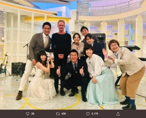 生歌を披露したスティングを囲んで(画像は『日本テレビ スッキリ 2019年10月9日付Twitter「スティングさんが来てくれました!」』のスクリーンショット)