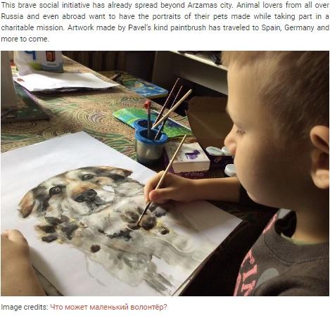 大好きな犬の絵を描くパベル君(画像は『Bored Panda 2019年10月19日付「This 9-Year-Old Russian Boy 'Sells' His Custom Pet Paintings For Food And Supplies For Shelter Animals」(Image credits: Что может маленький волонтёр?)』のスクリーンショット)