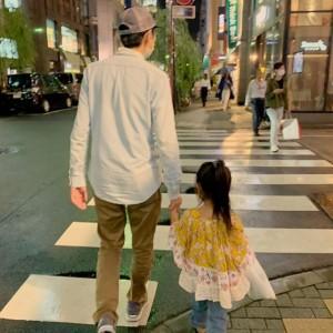 「子供が生まれてこんな事出来るようになるまでに」と山根良顕(画像は『ungirls yamane アンガールズ山根 2019年10月1日付Instagram「娘と銀座を手を繋いで歩く」』のスクリーンショット)