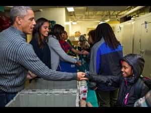 ボランティア活動に励むオバマ一家(画像は『Barack Obama 2019年11月28日付Instagram「Today, we give thanks for our blessings, give back to those around us, and enjoy some time」』のスクリーンショット)