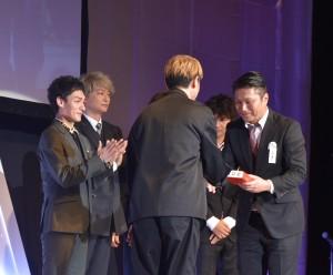 「ACCグランプリ」を受賞し、再び登壇した草なぎ剛と香取慎吾