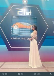 松井珠理奈『第21回名古屋モーターショー』でのドレス姿(画像は『松井珠理奈(ハリウッドJURINA) 2019年11月21日付Twitter「#名古屋モーターショー 引き続き開催されていますので、4日間でたくさんの方にお楽しみいただけますように」』のスクリーンショット)