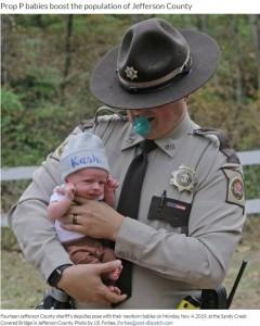 小さな赤ちゃんと保安官の父(画像は『St. Louis Post-Dispatch 2019年11月5日付「Deputy dads: Jefferson County law enforcement sees 17 babies born this year」(Photo by J.B. Forbes)』のスクリーンショット)