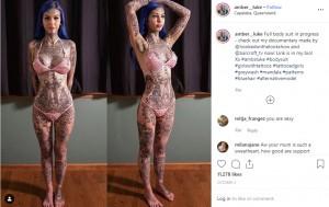 25歳までに全身をタトゥーで埋め尽くす予定のアンバー・ルークさん(画像は『Blue Eyes White Dragon 2019年10月3日付Instagram「Full body suit in progress - check out my documentary made by @hookedonthelookshow and @barcroft_tv now!」』のスクリーンショット)