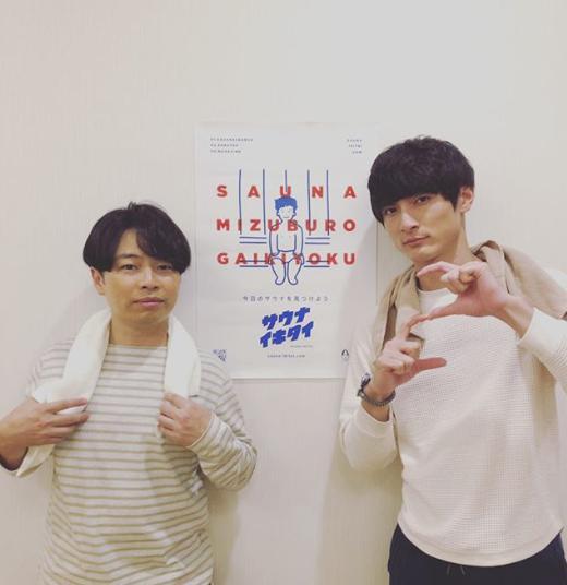 浜野謙太と高良健吾(画像は『浜野謙太 2019年11月6日付Instagram「一日中高良くんと一緒のシーンw」』のスクリーンショット)
