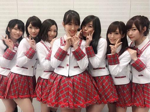 AKB48時代の小嶋陽菜:中央(画像は『小嶋陽菜 2017年3月31日付Instagram「AKB48がMステに初めて出演した曲「スカート、ひらり」当時の衣装を着て歌いました」』のスクリーンショット)