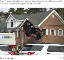 【海外発!Breaking News】ポルシェが宙を飛び建物2階に突っ込む 運転手と同乗者が死亡(米)