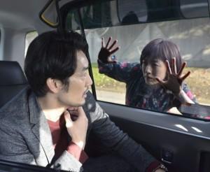 タクシーの窓に張り付くリカと怯える本間隆雄(画像は『【公式】リカ(オトナの土ドラ) 2019年11月18日付Instagram「第七話、リカさんが本間さんを追いかけます。」』のスクリーンショット)