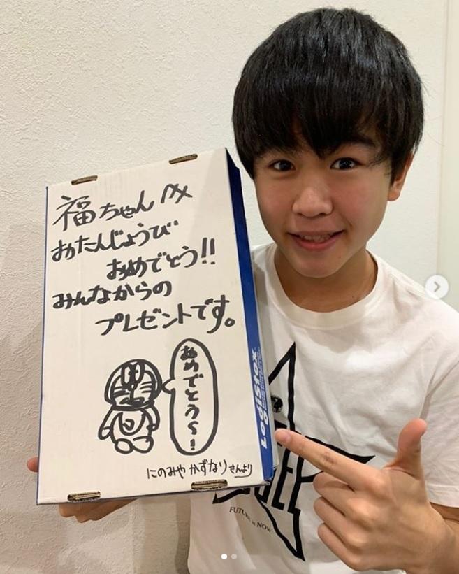 鈴木福が二宮和也からもらったプレゼントの箱(画像は『鈴木福 2019年11月14日付Instagram「遅ればせながら二宮さん! ご結婚おめでとうございます!」』のスクリーンショット)