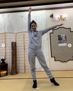 「K」を作る新木優子(画像は『田中みな実1st写真集【公式】 2019年11月7日付Instagram「モトカレマニアは今夜放送です」』のスクリーンショット)