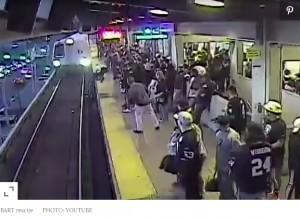【海外発!Breaking News】酔っ払ってホームから転落した男性、駅職員が「間一髪」で救出(米)<動画あり>