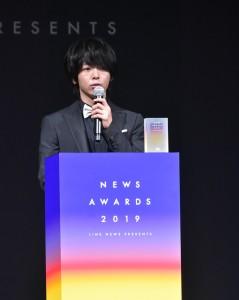 受賞スピーチをした中村倫也