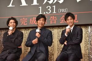 会見中に笑顔の賀来賢人、大沢たかお、岩田剛典
