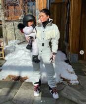 【イタすぎるセレブ達】カイリー・ジェンナー、スノボ初挑戦の愛娘の姿に「可愛すぎて、どうしよう」