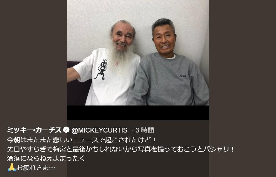 ドラマで共演したミッキー・カーチスと記念写真に納まる梅宮辰夫さん(画像は『ミッキー・カーチス 2019年12月12日付Twitter「今朝はまたまた悲しいニュースで起こされたけど!」』のスクリーンショット)