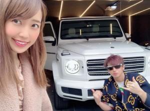 新車の前で川崎希とアレク(画像は『ALEXANDER(アレクサンダー) 2019年12月21日付Instagram「来たぜ!!」』のスクリーンショット)