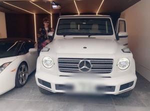 新車とアレク(画像は『ALEXANDER(アレクサンダー) 2019年12月21日付Instagram「じゃん」』のスクリーンショット)