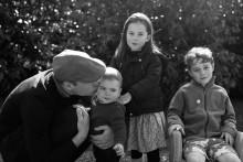 """【イタすぎるセレブ達】""""子煩悩パパ""""のウィリアム王子、休暇中は子供達と一緒に子羊の世話"""