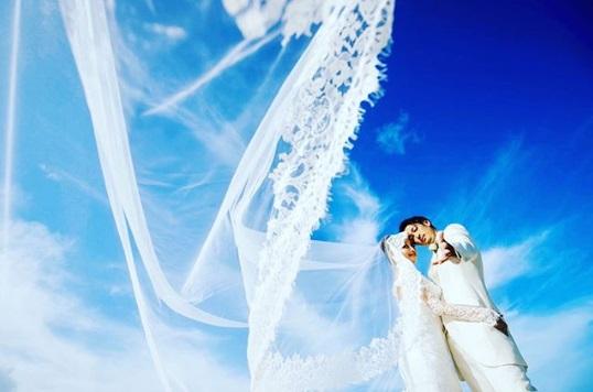 窪塚洋介&PINKY挙式フォト 美しくベールが舞う(画像は『YOSUKE KUBOZUKA 2019年12月3日付Instagram「#wedding」』のスクリーンショット)
