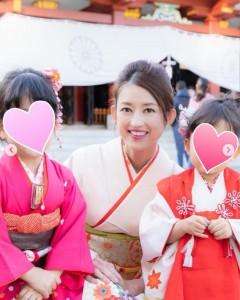 娘たちと一緒に(画像は『小沢真珠(Maju Ozawa) 2019年12月2日付Instagram「いつもお世話になっている@kaji.photographさんから七五三に撮影して頂いた写真が届きました」』のスクリーンショット)