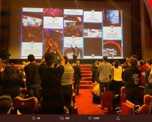 パリのプレミア上映に登壇した新海監督(画像は『新海誠 2019年12月13日付Twitter「パリ、REXでの『天気の子』プレミア、盛況のうちに終了です。」』のスクリーンショット)