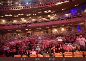 パリのプレミア上映で観客がビニール傘のサプライズ(画像は『新海誠 2019年12月13日付Twitter「パリ、REXでの『天気の子』プレミア、盛況のうちに終了です。」』のスクリーンショット)