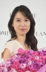 発表会で薔薇の花束を抱えた戸田恵梨香