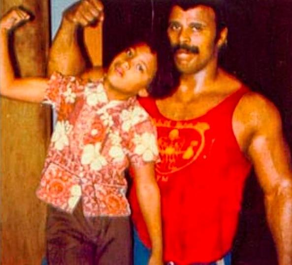 幼い頃のドウェインと父ロッキー・ジョンソンさん(画像は『therock 2018年6月17日付Instagram「Happy Father's Day to this hardly ever smiling OG bad ass.」』のスクリーンショット)