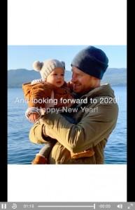 2019年大晦日に公開されたアーチーくんとヘンリー王子のツーショット(画像は『The Duke and Duchess of Sussex 2019年12月31日付Instagram「Looking back at 2019…」』のスクリーンショット)